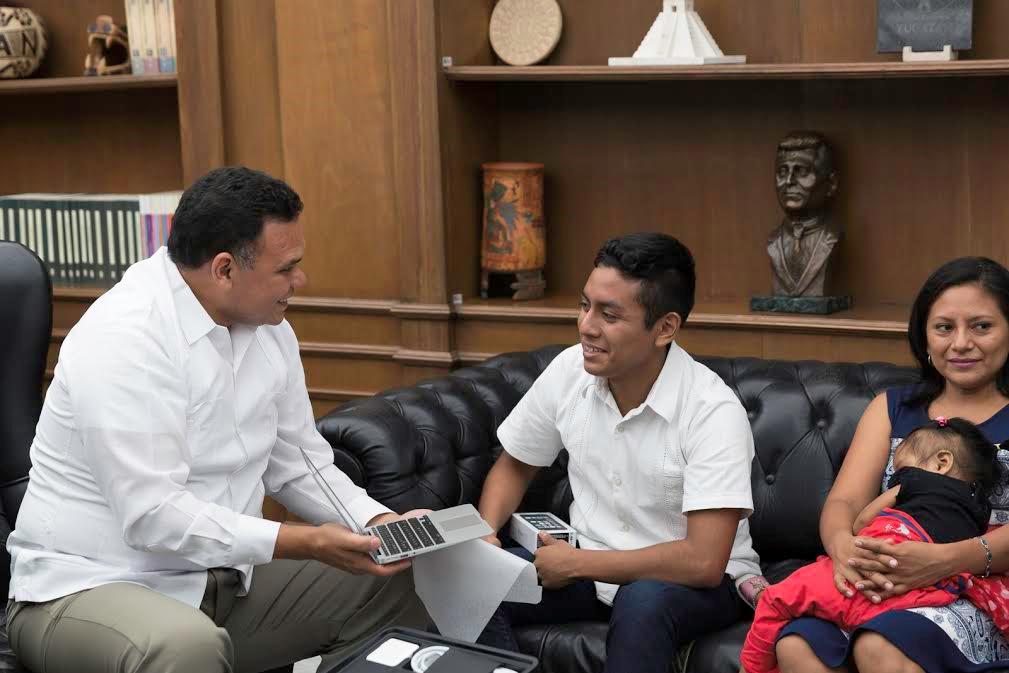 El Gobernador se reúne con destacado estudiante de Tetiz.